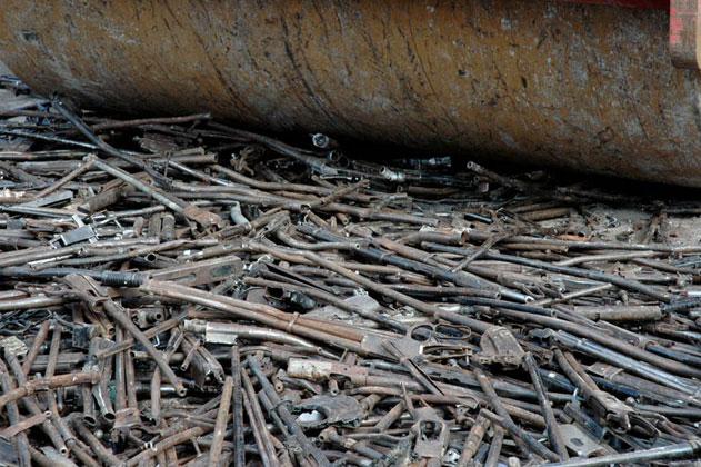 Un artist a transformat armele de foc in lopeți pentru plantare