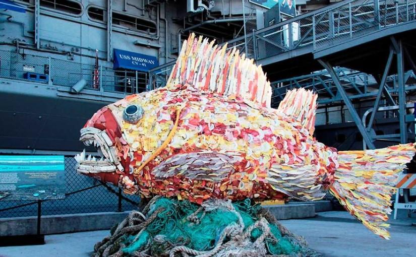 13 sculpturi făcute din deșeuri plastice adunate de pe plajă