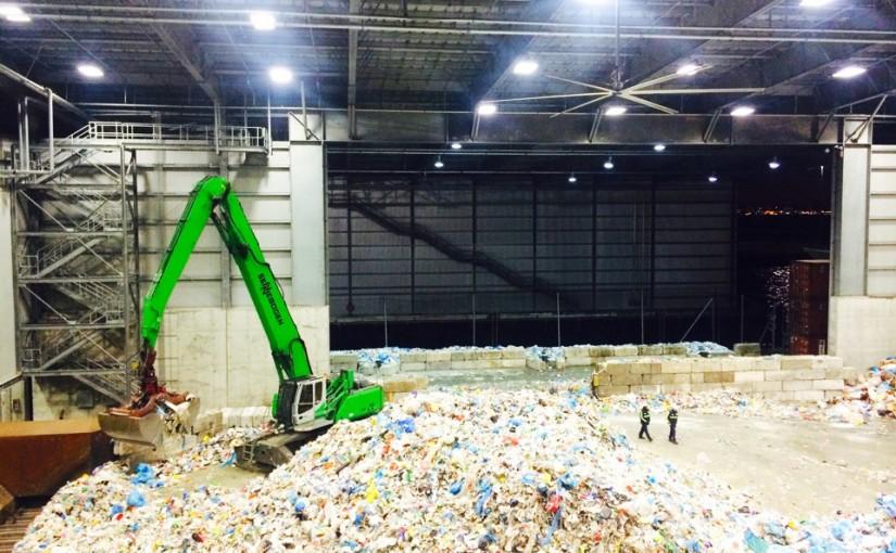 Călătoria unei sticle de plastic prin procesul de reciclare